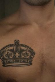 纹身胸部男 男生胸部黑色的皇冠纹身图片