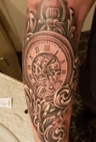 手臂纹身素材 男生手臂上黑色的时钟纹身图片