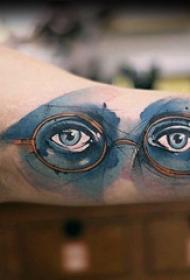 眼睛纹身 男生大臂上彩色的眼睛纹身图片