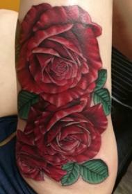 大腿纹身传统 女生大腿上娇艳的玫瑰纹身图片