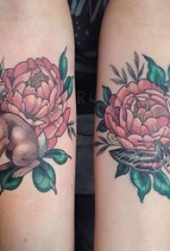 纹身图案花朵  女生手臂上花朵和兔子纹身图片