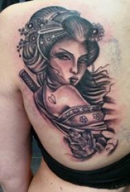 人物肖像纹身 女生后背上花朵和艺妓纹身图片