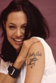 明星纹身  明星手臂上英文和龙纹身图片