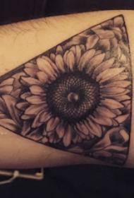 欧美小腿纹身 男生小腿上三角形和向日葵纹身图片