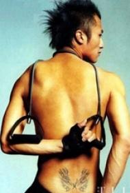 中国纹身明星  明星腰部黑色的翅膀纹身图片