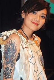 范晓萱的纹身  明星大臂上彩绘的龙纹身图片