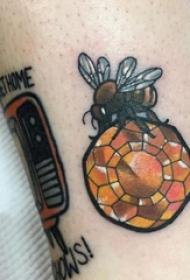蜜蜂纹身图案  女生小腿上彩绘的蜜蜂纹身图片