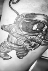 宇航员纹身图案  男生手臂上黑灰色的宇航员纹身图片