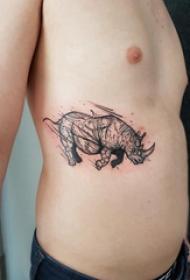 纹身侧腰男 男生侧腰上黑色的犀牛纹身图片