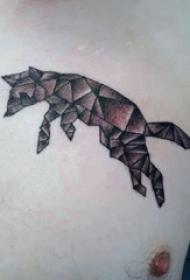 纹身胸部男 男生胸部黑色的几何狐狸纹身图片