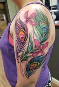 大臂纹身图 女生大臂上花朵和孔雀羽毛纹身图片