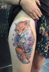 小动物纹身 女生大腿上花朵和狐狸纹身图片