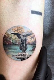 纹身风景 男生手臂上圆形和雕塑纹身图片