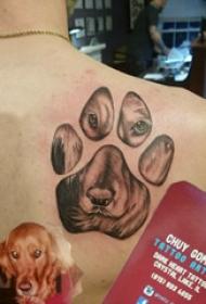 狗爪纹身 男生后背上小狗和爪印纹身图片