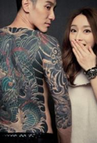 中国纹身明星 王阳明满背彩绘的龙纹身图片