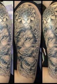 百乐动物纹身  男生手臂上黑灰色的百乐动物纹身图片