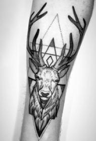 纹身黑色 男生手臂上三角形和鹿纹身图片