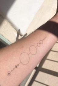 极简线条纹身 男生手臂上黑色的圆形纹身图片