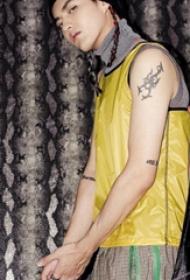 吴亦凡纹身图案  明星手臂上蝎子和英文纹身图片