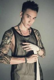 王阳明的纹身  明星手臂上黑灰色的花臂纹身图片