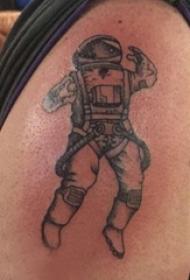 大臂纹身图 男生大臂上宇航员纹身图片