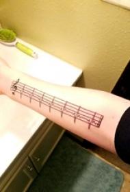 简单线条纹身 女生手臂上音符和心电图纹身图片