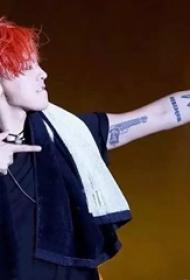 权志龙的纹身  明星手臂上枪和皇冠纹身图片