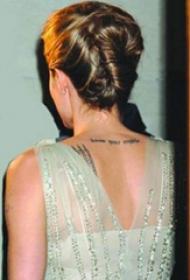 明星纹身 明星后背上黑色的英文纹身图片
