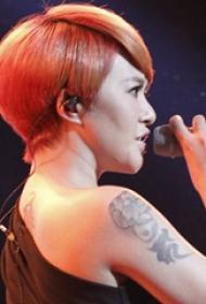 中国纹身明星  谭维维手臂上黑灰色的莲花纹身图片