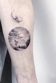 手臂纹身素材 男生手臂上圆形和风景纹身图片