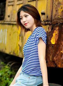 清纯美女身着海军服铁轨高清写真