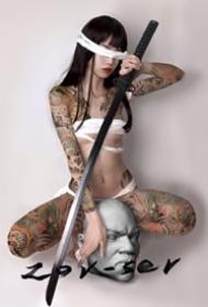 日式纹身美女--日本风格拿武士刀的纹身美女摄影写真图片