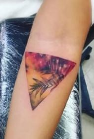 彩色三角形图案的创意纹身作品图片