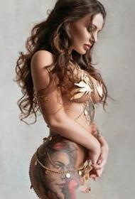 这个美女纹身师的性感图片欣赏