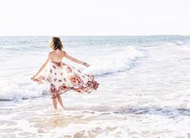 女孩独自在海边的唯美壁纸