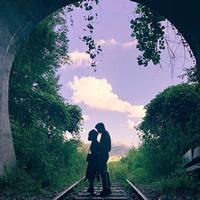 超浪漫梦幻隧道下铁轨上的情侣头像
