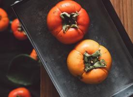阴霾的天气,没有半分灿烂,柿子的色彩却让人明媚不少