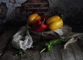 一组意境感十足的唯美彩色辣椒拍摄图片