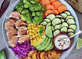 一组减脂低热量绿色蔬菜沙拉