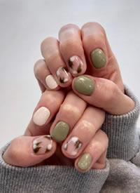 一组精致的抹茶绿颜色的秋冬美甲参考