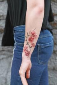 小清新的一组红色小花花纹身作品图片