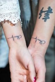 适合情侣小臂上的成对心电图纹身图案
