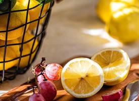 阳光照下的金黄色的柠檬图片欣赏