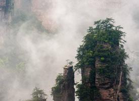高山上的云雾就像仙境一样美丽