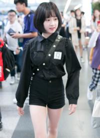 李子璇娇羞可爱机场图片