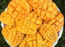 芒果皮薄,肉厚,且细嫩多汁,味道鲜美,蜜甜清香
