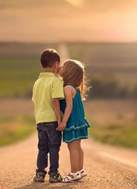 两小无猜的小女孩小男孩拍摄图片欣赏