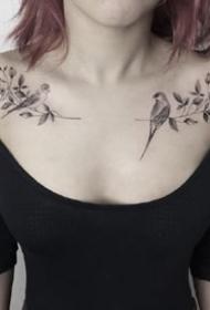 美丽的女士成对肩花纹身图案欣赏
