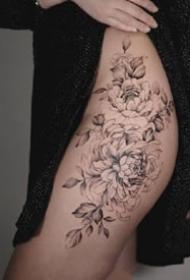 超级性感的女性大腿侧部素花纹身作品