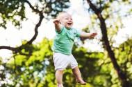 开心大笑的小男孩图片_11张